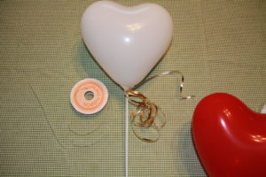 バルーンスティックとハート形の風船