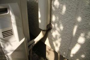 パテで塞がれたエアコンの配管