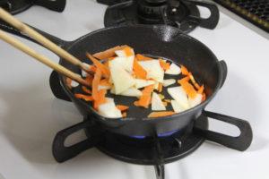 屑野菜を焼いてスキレットをシーズニング