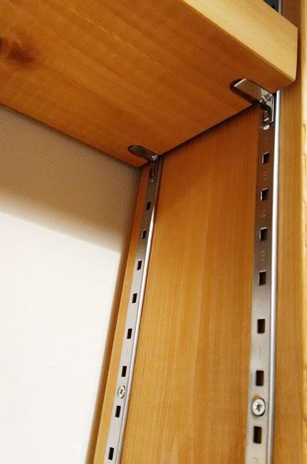棚受けレールを取り付けた本棚の支柱